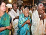Former PM HD Devegowda visits Kota Amrutheswari temple with his family