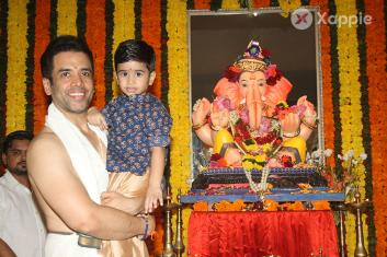 Jeetendra and Tusshar Kapoor celebrate Ganesh Festival 2018 at home
