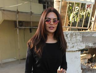 Esha Gupta spotted at Kromakay Juhu - Photos