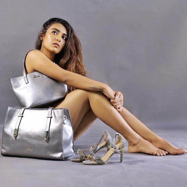 Jinal Joshi nude photoshoot and hides from bag - newsdezire