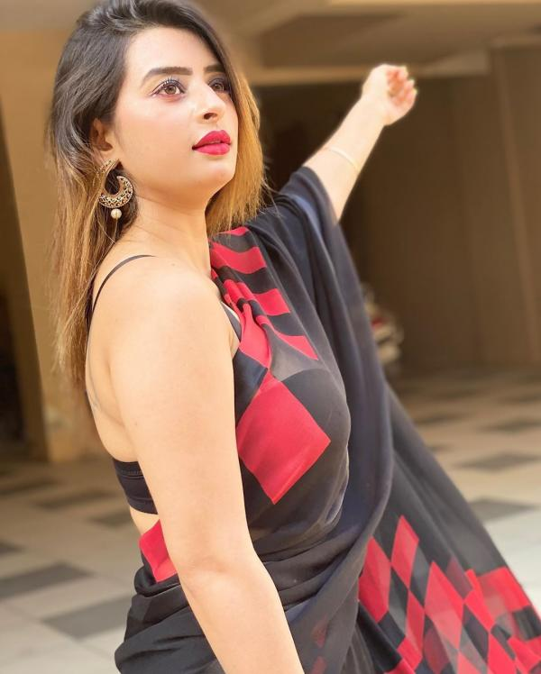 Ankita Dave looks sizzling hot in black saree - Photos