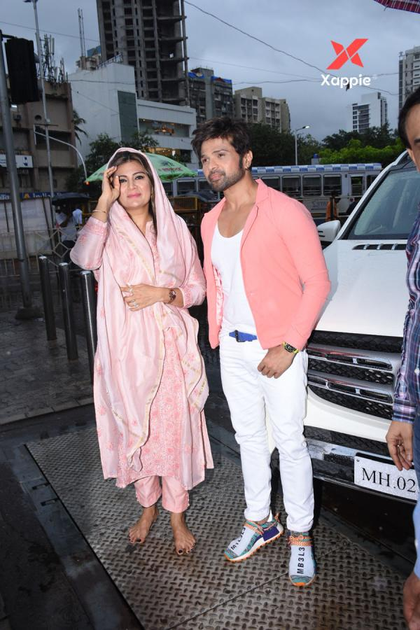 Himesh Reshammiya with wife spotted at Sidhivinayak temple