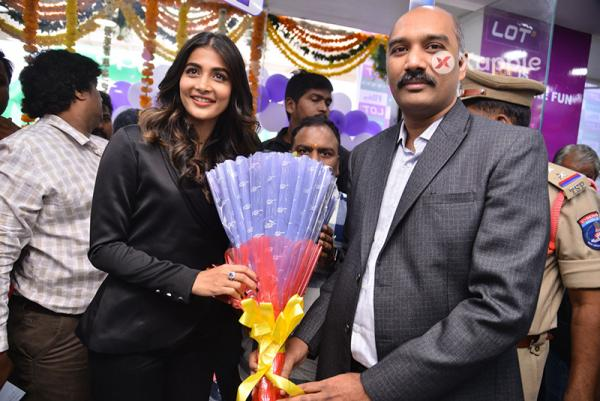 Pooja Hegde Launches VIVO V11 Pro at Lot Mobiles Kukatpally
