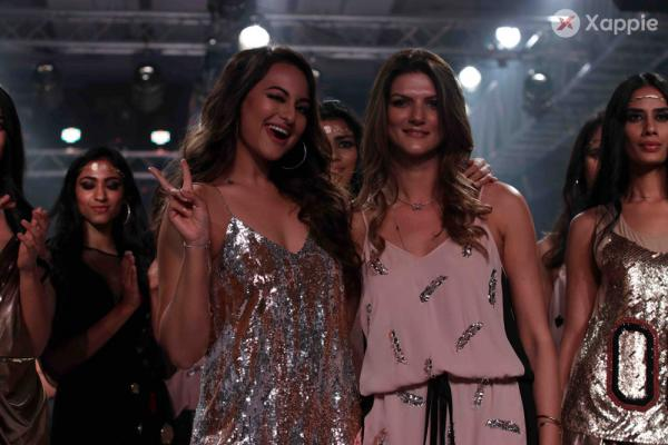 Sonakshi Sinha Plays Showstopper For Nandita Mahtani at Bombay Times Fashion Week 2018