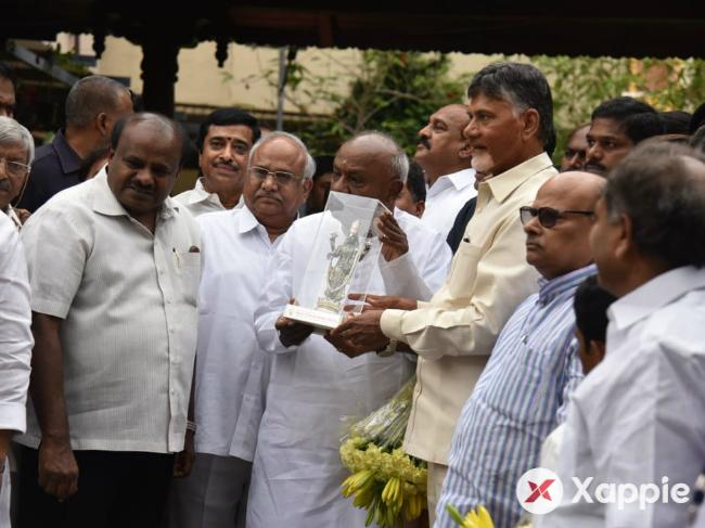 AP CM ChandraBabu Naidu meets Deve Gowda at his place