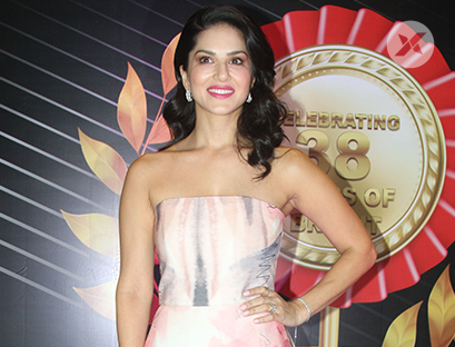 Gorgeous Sunny Leone unveils the 4th Bright Awards Trophy